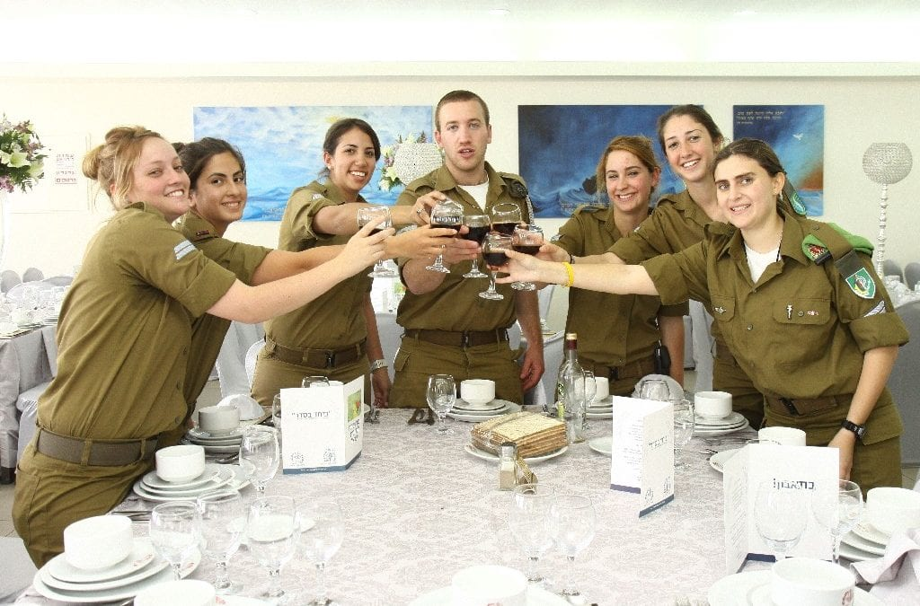 "480 ""Lone Soldiers"" Celebrate Freedom in Style at Giant Seder Event"